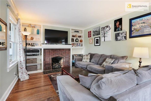 Charming built-ins in your living room with crown molding (photo 3)