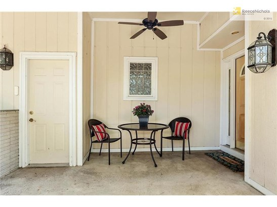 Private patio at the entrance to the home and the garage (photo 5)