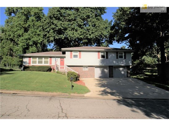 Large, tri-level home on a great lot (photo 1)