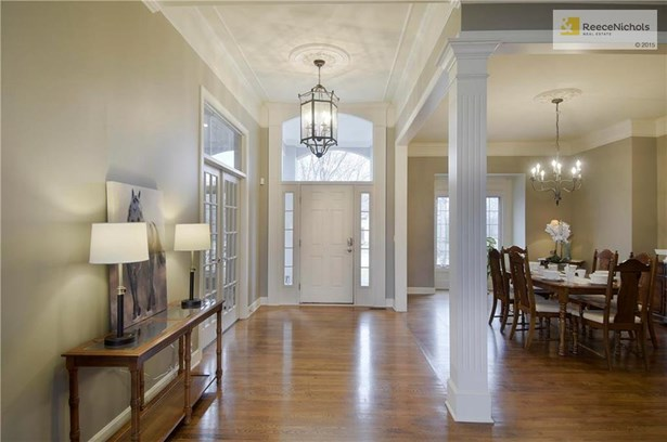 Gleaming hardwood floors and beautiful open entry (photo 2)