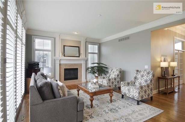 Great room features 14 foot ceilings and plantation shutters (photo 5)