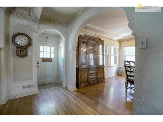 Truly exceptional crown molding and archways throughout (photo 3)