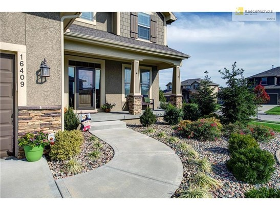 FANTASTIC CURB APPEAL AND PROFESSIONAL LANDSCAPING ALONG THE PATH LEADS YOU TO THE WELCOMING FRONT ENTRY. (photo 2)