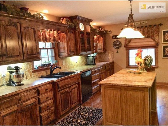 A cooks dream kitchen with counter space galore, 27 drawers, granite island & beautiful hardwood floors. (photo 5)