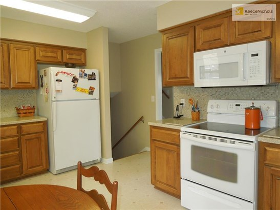 Great kitchen with refaced cabinets with solft close doors and drawers. (photo 5)