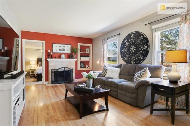 Enter into hardwoods, built-ins and tons of charm (photo 4)