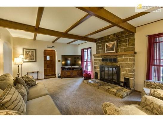 Living room.- wood floors under carpet! (photo 3)