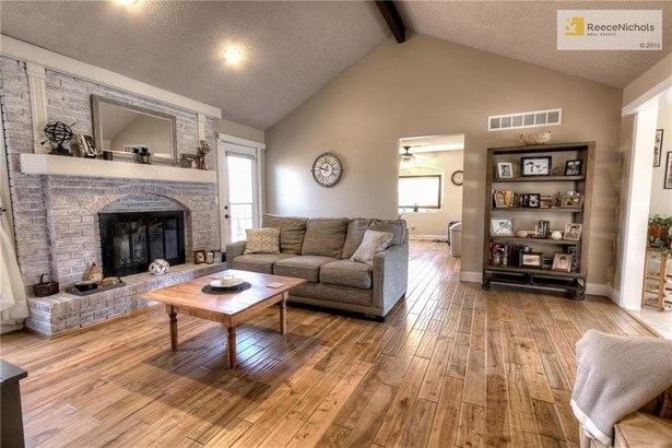 Spacious living room with fireplace (photo 2)