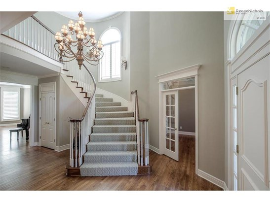 Elegant winding staircase Entry! (photo 5)