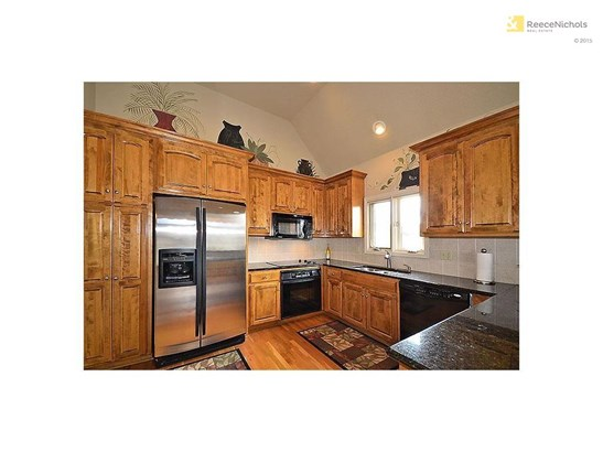 Granite counters, hardwood floors and open soffits (photo 4)