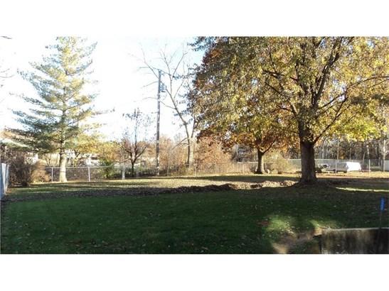 Large fenced yard (photo 4)