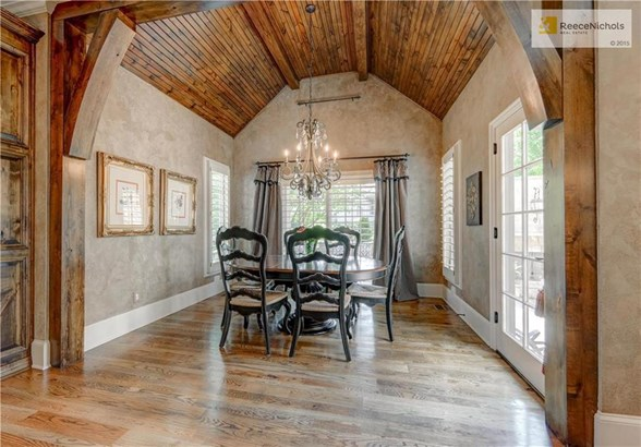 Breakfast room that leads to outdoor patio (photo 4)