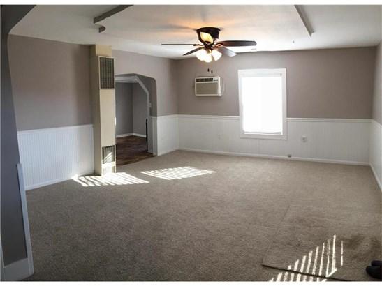 Living room with doorway to kitchen. (photo 4)