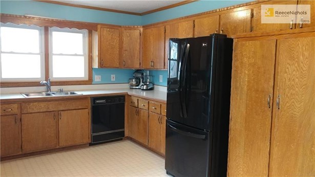 Huge kitchen with lots of cabinet and counter space! (photo 3)
