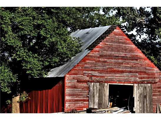 Sure, this old red barn could use a little restoration, but she's a workhorse! Lots of life left. (photo 5)