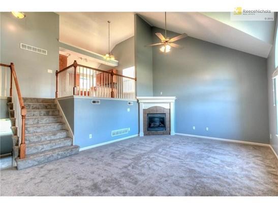 Fresh interior paint and new carpeting (photo 2)