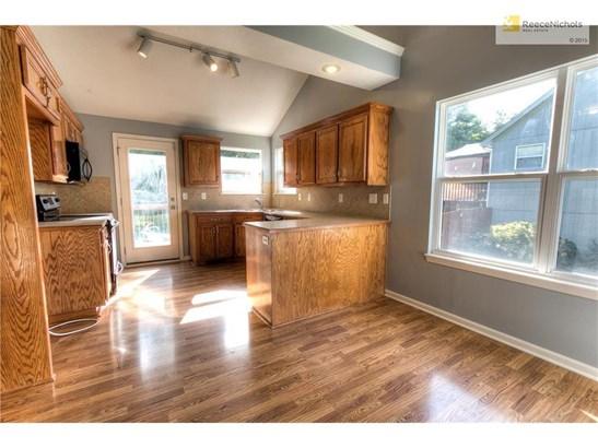 Kitchen with wood floors (photo 3)