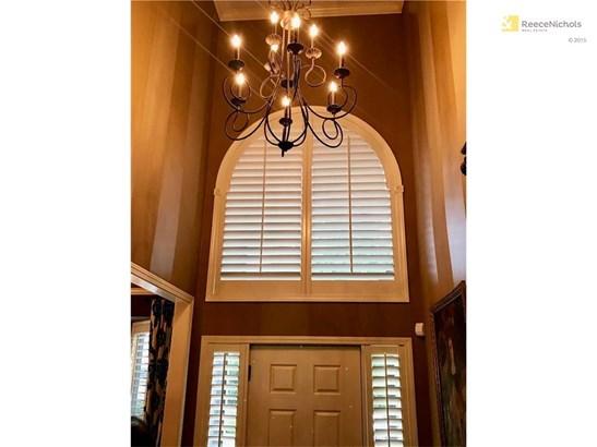 Soaring ceilings in entry (photo 3)