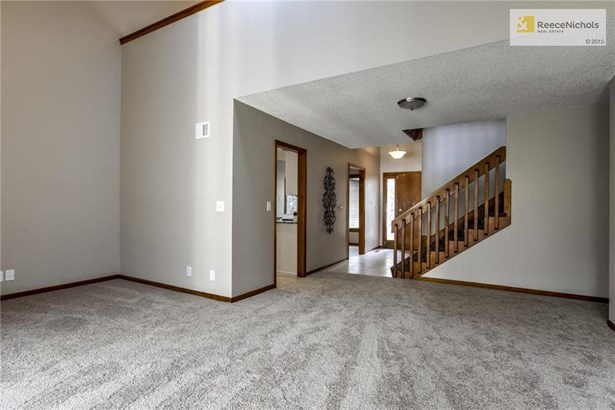 Great room features new carpet and paint. (photo 3)