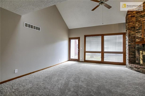 Light and bright great room! (photo 5)