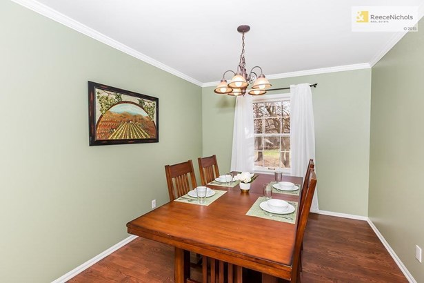 Enjoy a meal with family and friends in your dining room. (photo 5)