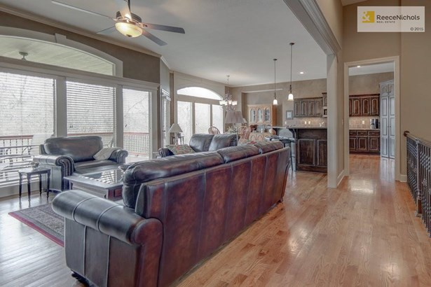 Open plan with lots of natural daylight  Great for entertaining! (photo 5)