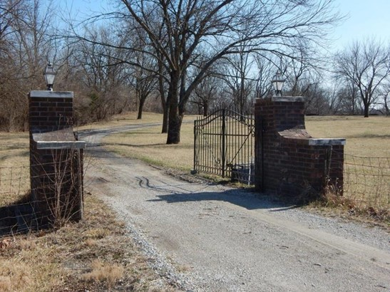 Front gate (photo 4)