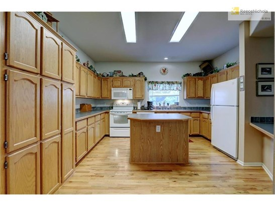 Nice large & spacious kitchen with plenty of cabinets (photo 1)