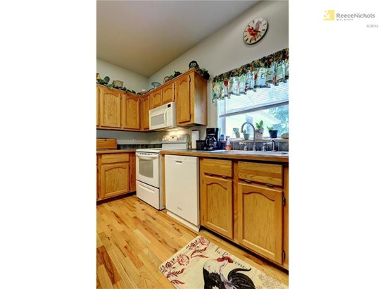 Nice large & spacious kitchen with plenty of cabinets (photo 2)