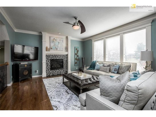 Great room with large windows and open floorplan (photo 4)