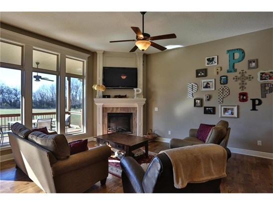 Great Room has tall ceilings & windows. (photo 4)