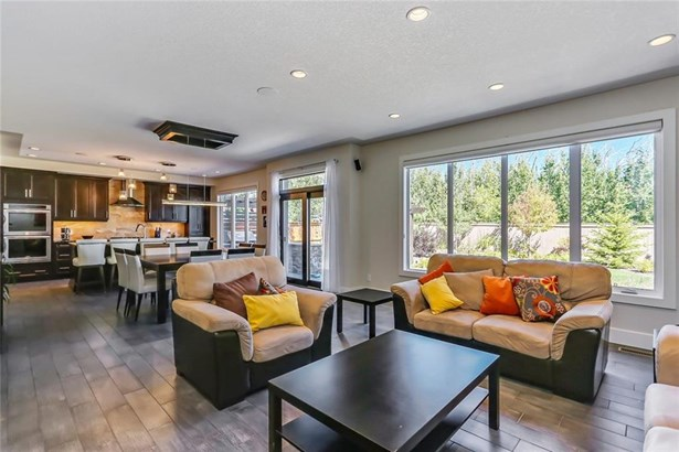 18 Rockcliff Ht Nw, Calgary, AB - CAN (photo 2)