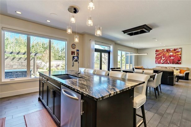 18 Rockcliff Ht Nw, Calgary, AB - CAN (photo 3)
