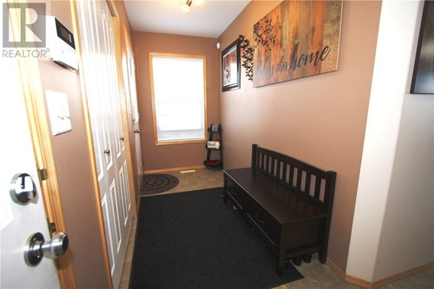 48 Arnold  Clos, Red Deer, AB - CAN (photo 2)
