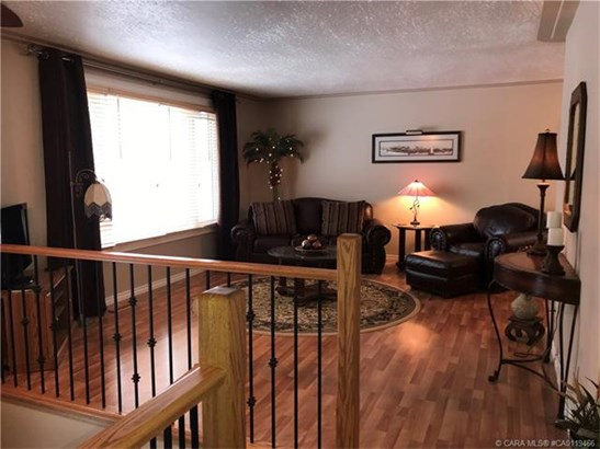 23 Dundee  Cres, Penhold, AB - CAN (photo 3)
