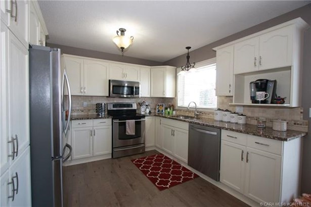 40 Anquetel  St, Red Deer, AB - CAN (photo 5)