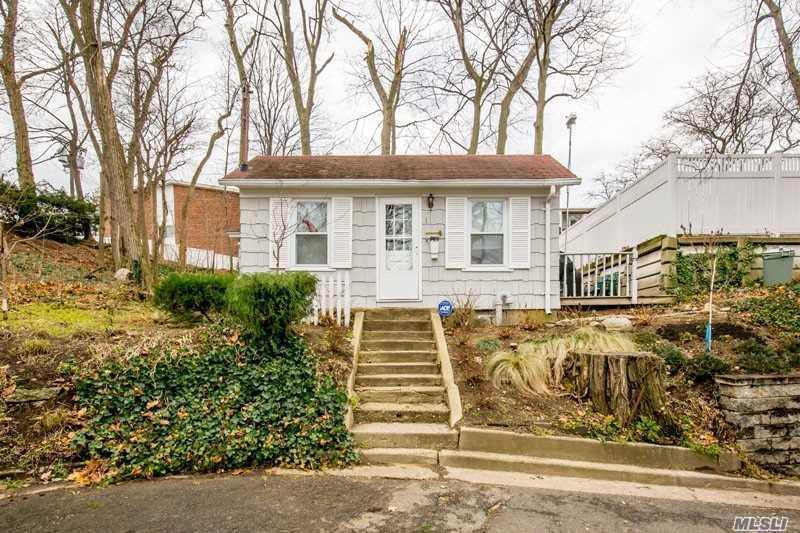 Single Family Residence, Cottage - Port Washington, NY