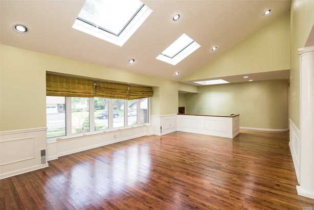 Rental Home, 2 Story - Roslyn, NY (photo 2)