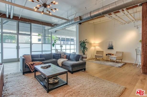Low Rise, Condominium - Los Angeles (City), CA (photo 3)