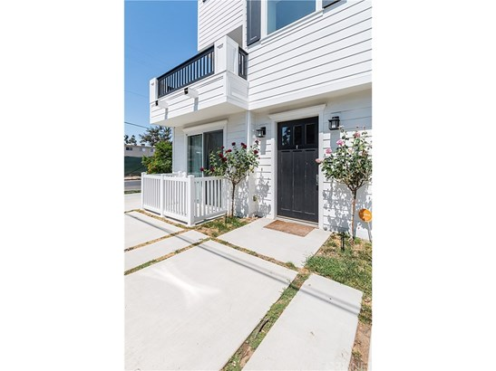 Townhouse, Contemporary - North Hollywood, CA (photo 2)