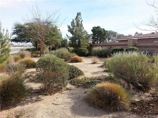 Traditional, Duplex - Lancaster, CA (photo 4)