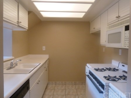 Contemporary,Modern, Condominium - Pacoima, CA (photo 4)