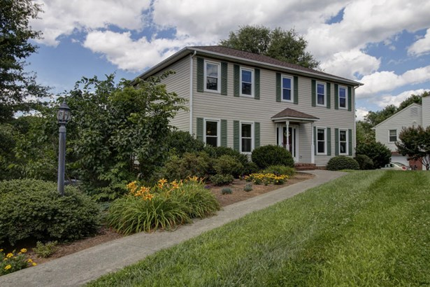 Residential, Colonial - Cloverdale, VA (photo 1)