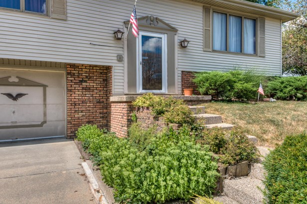 Split Entry, Single Family Residence - COUNCIL BLUFFS, IA (photo 2)