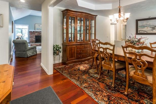 Single Family Residence, Ranch - Oak Bluffs, MA (photo 4)