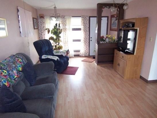 F. Living room (photo 3)