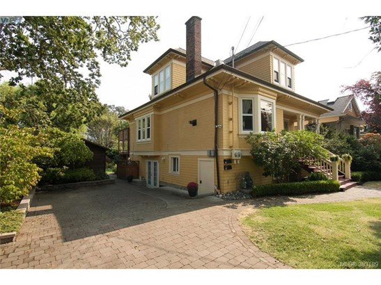 1057 Chamberlain, Victoria, BC - CAN (photo 2)