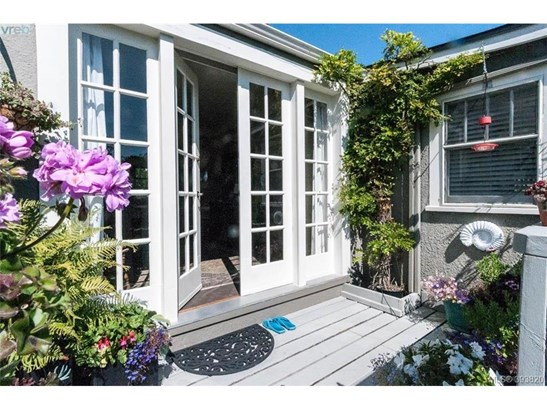 1871 Monteith, Victoria, BC - CAN (photo 2)