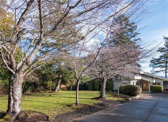 5271 Parker, Victoria, BC - CAN (photo 2)