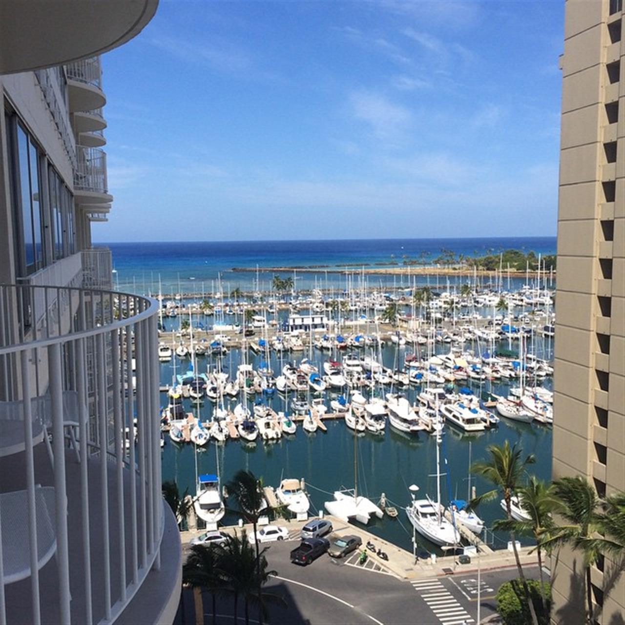 It's a beautiful day in #waikiki!! #happydos #modernhonolulu #leadingreLocal #oahu #hawaii #hawaiilife